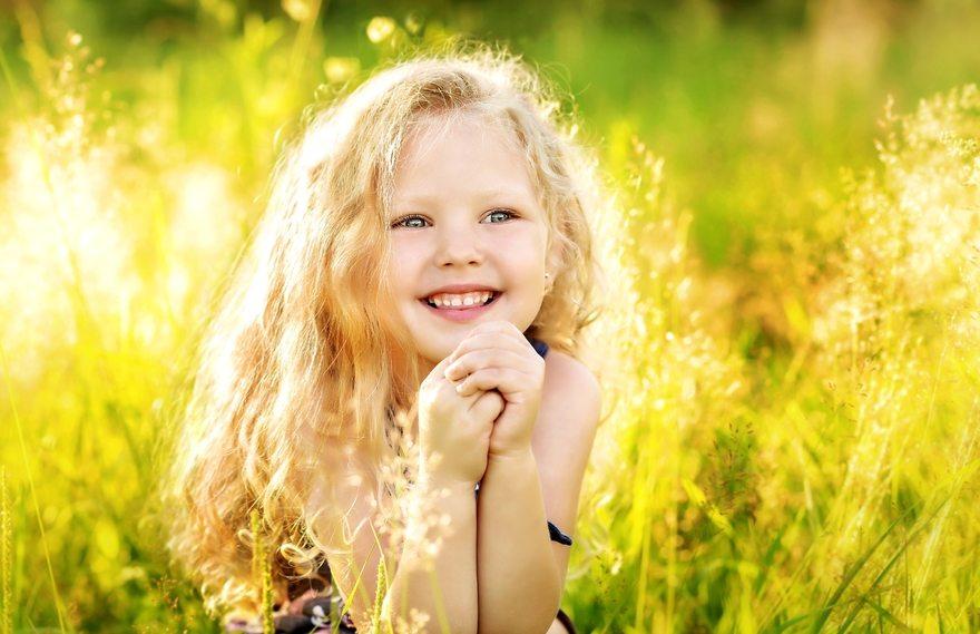 Картинка: Девочка, лицо, светлые волосы, улыбка, настроение, лето, трава