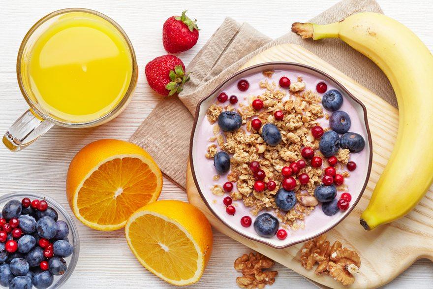 Картинка: Мюсли, злаки, завтрак, банан, цитрус, апельсин, сок, витамины, орехи, ягоды, черника, доска