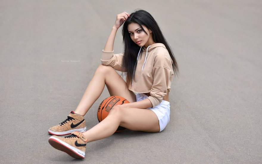 Картинка: Брюнетка, девушка, сидит, шорты, красивая, волосы, кроссовки, бренд, мяч, баскетбол, асфальт, Maksim Romanov
