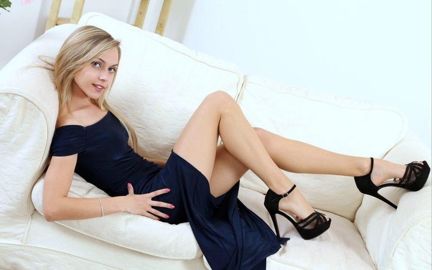 Картинка: Блондинка, улыбка, девушка, Chloe Toy, ножки, платье, диван, взгляд, туфли