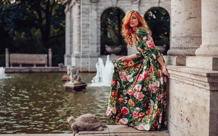 Картинка: Девушка, платье, рыжеволосая, вода, фонтан, черепаха