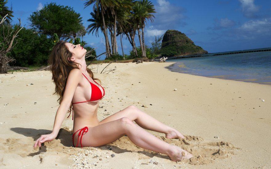 Картинка: Девушка, сидит, брюнетка, песок, купальник, грудь, пляж, берег, деревья, рай, море, небо