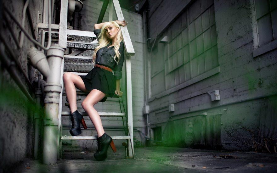 Картинка: Девушка, блондинка, сидит, лестница, ботинки, каблуки, платформа, позирует, переулок