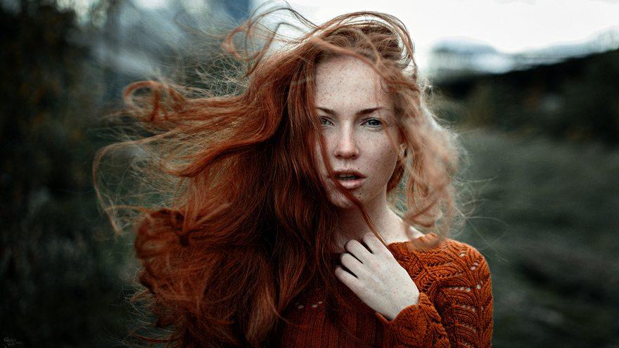 Картинка: Девушка, лицо, рыжая, веснушки, ветер, волосы, взгляд, кофта