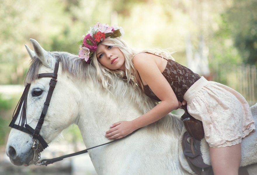 Картинка: Девушка, блондинка, верхом, лошадь, конь, животное, профиль, белая, венок, сбруя