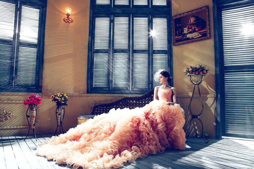 Картинка: Девушка, сидит, платье, шикарное, комната, интерьер, цветы, позирует