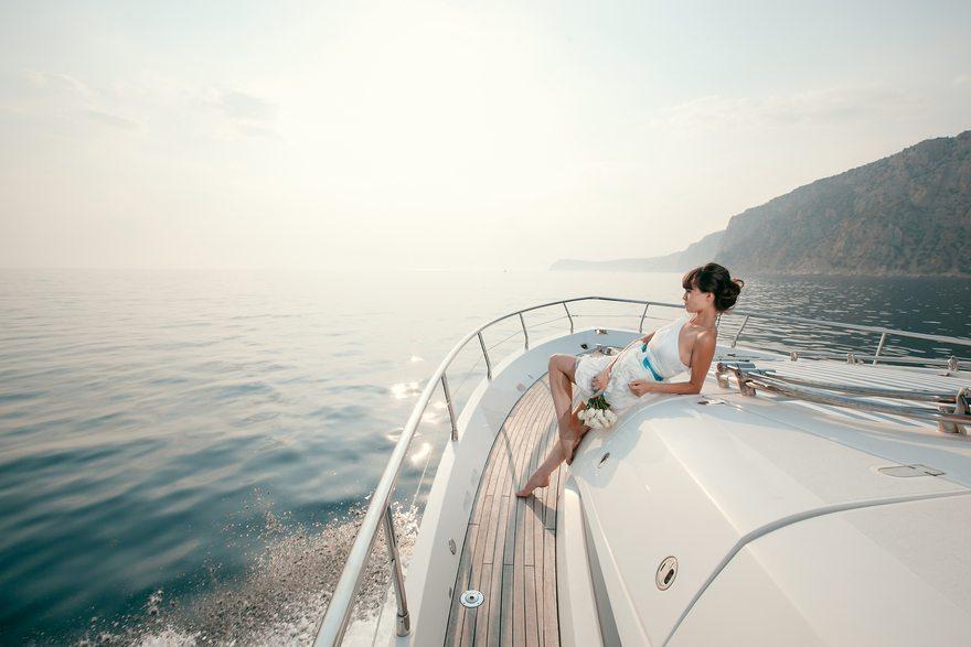 Картинка: Девушка, цветы, поза, яхта, море, горы, остров, горизонт, небо