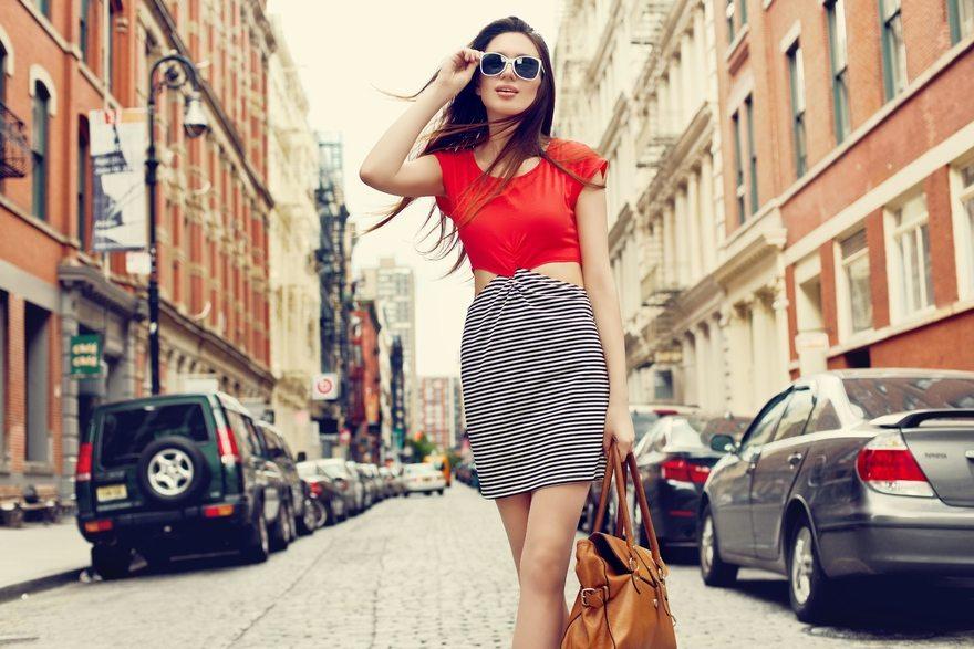 Картинка: Девушка, стиль, очки, сумка, улица, дорога, машины
