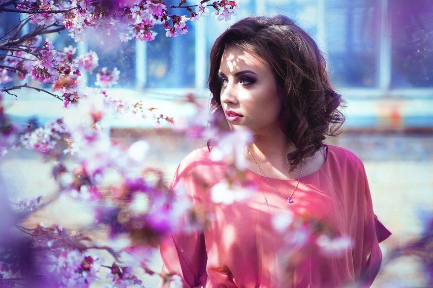 Картинка: Девушка, кудри, брюнетка, позирование, модель, весна, яблоня, цветение