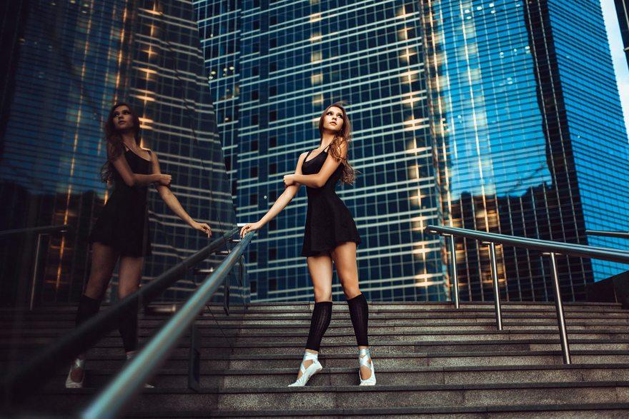 Картинка: Балерина, стоит, лестница, здания, высотки, ступеньки, поза, стойка, пуанты, платье, ножки, позирует, перила, держится