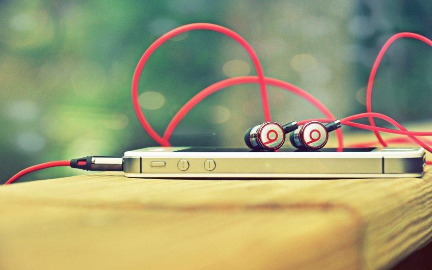 Картинка: Телефон, плеер, наушники, провода, боке, лежат, музыка, плюс, минус, кнопка, штекер