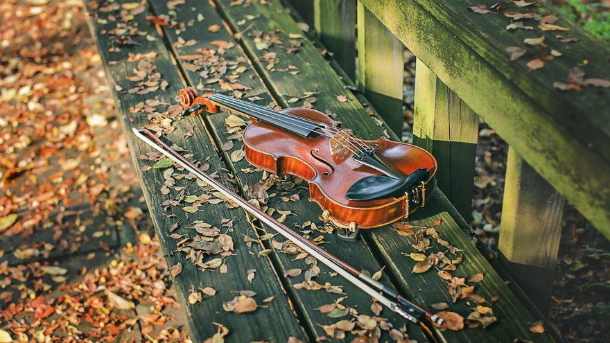 Картинка: Скрипка, смычок, лежит, листья, осень, скамейка