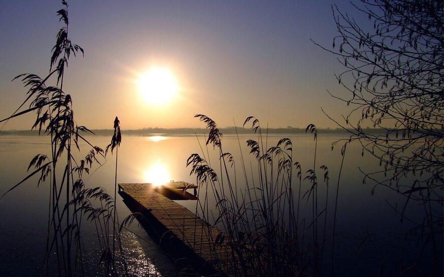 Картинка: Солнце, закат, озеро, трава, камыши, небо, горизонт, мостик
