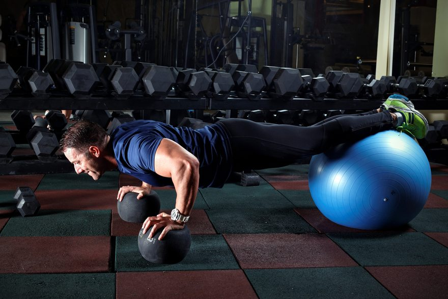 Картинка: Мужчина, шар, мячи, отжимается, часы, тренажёрный зал, гантели, плиты