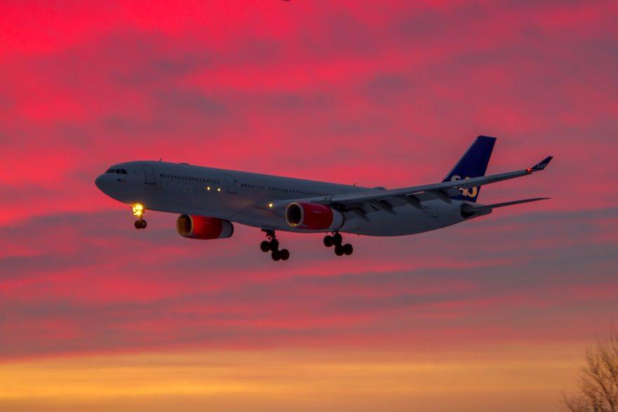 Картинка: Самолёт, вечер, посадка, приземляется, красное, небо, закат, огни, высота