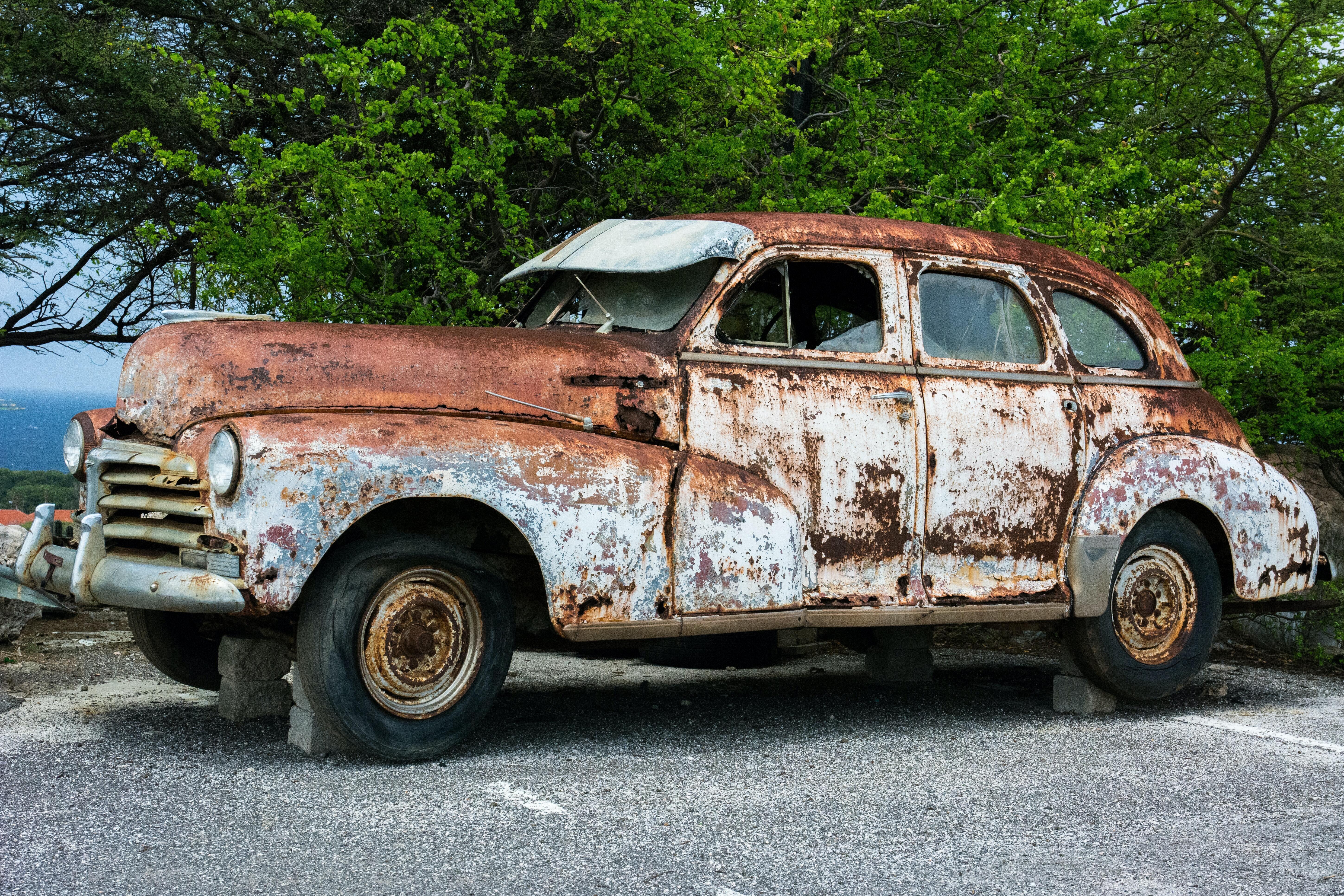 Картинка: Автомобиль, старый, ржавый, подпорки, кирпичи, асфальт, деревья