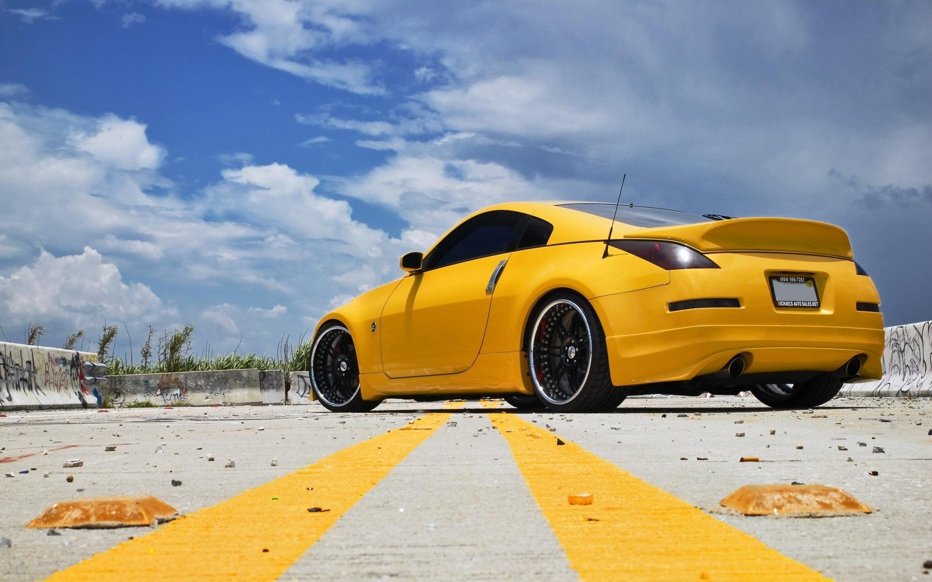 Картинка: Автомобиль, Nissan, 350Z, жёлтый, небо, облака, дорога, мусор