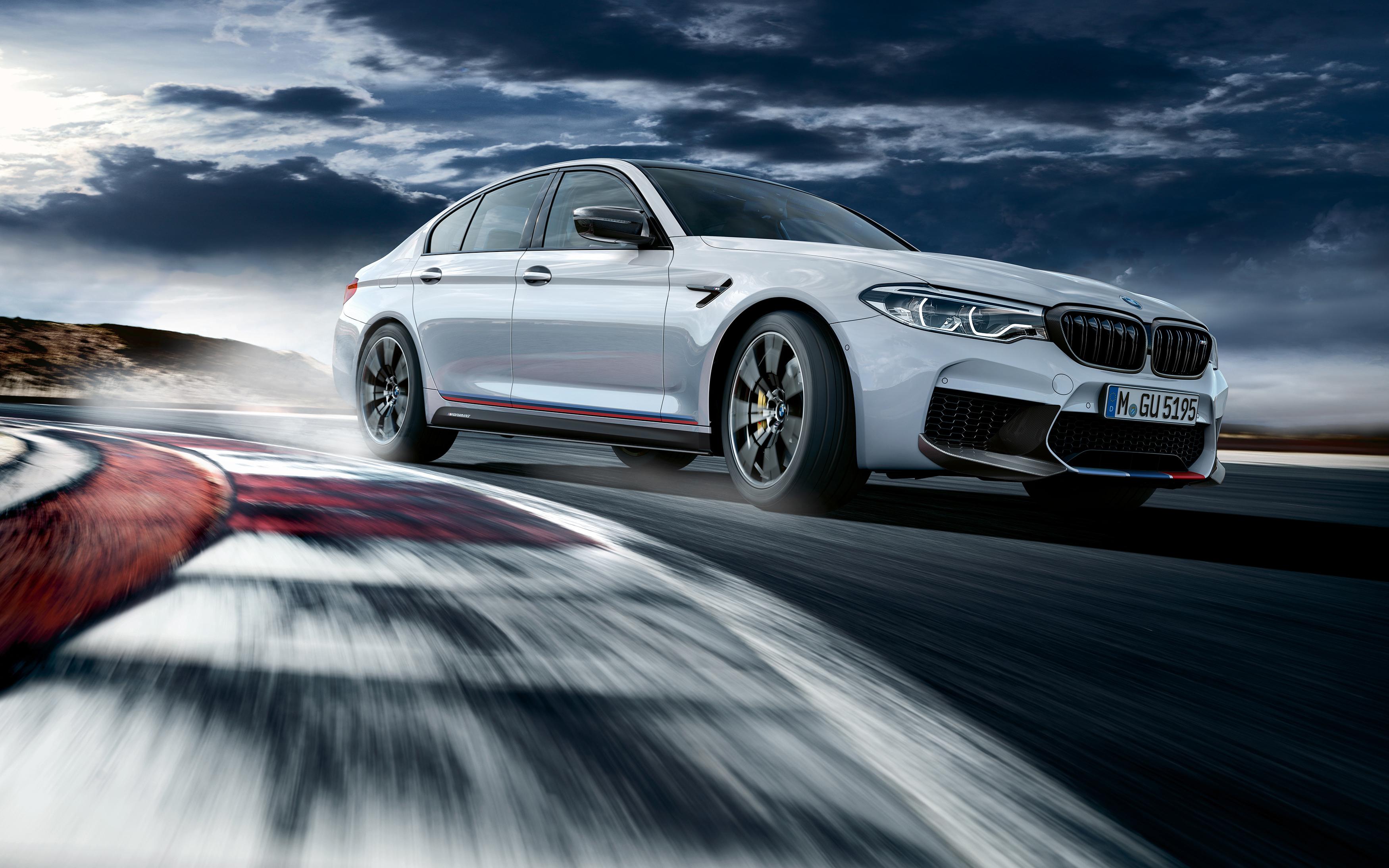 Картинка: Гоночный трек, машина, скорость, движение, в повороте, BMW, M5, облака