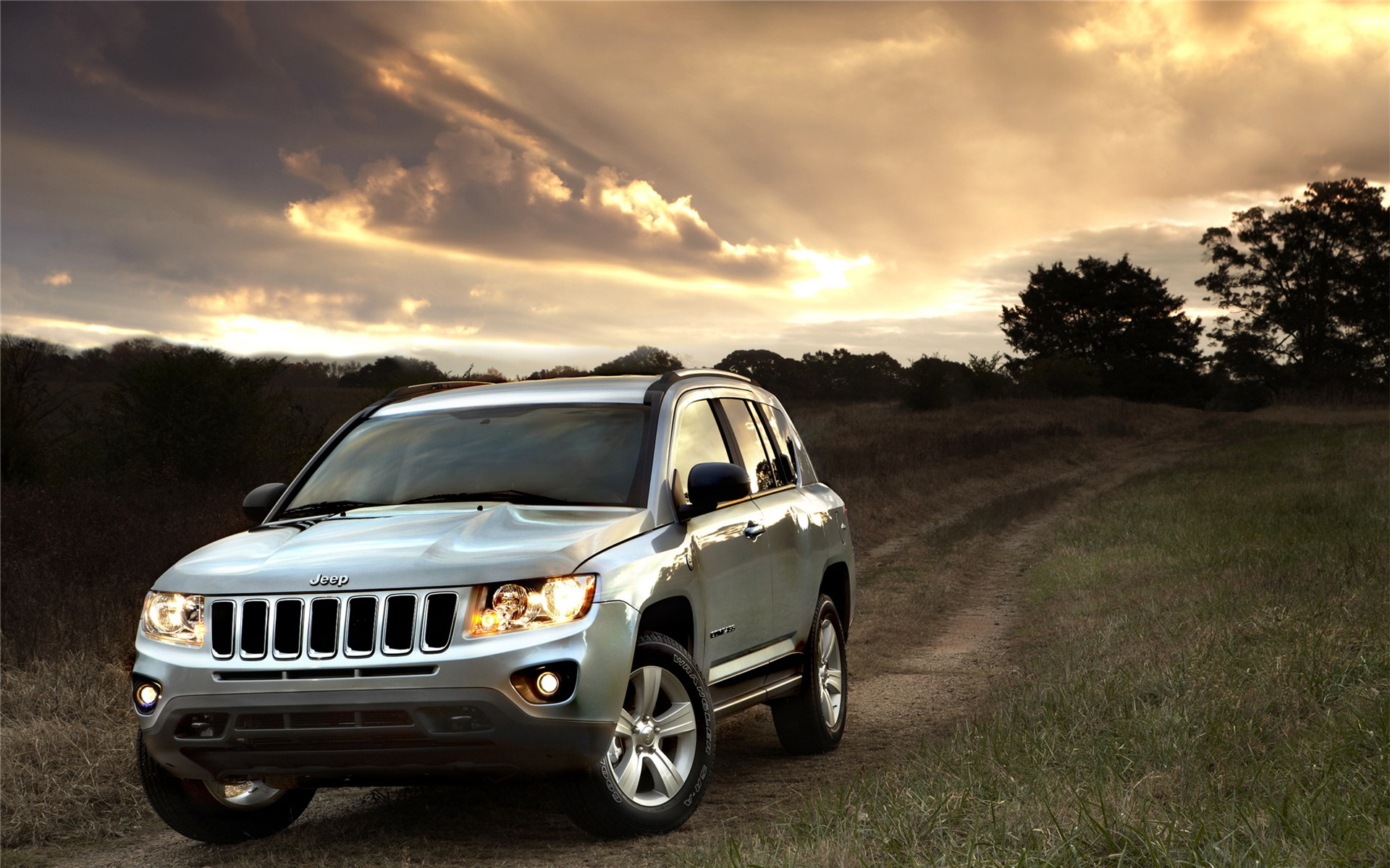 Картинка: Jeep, огни, небо, дорога, поле, деревья, закат