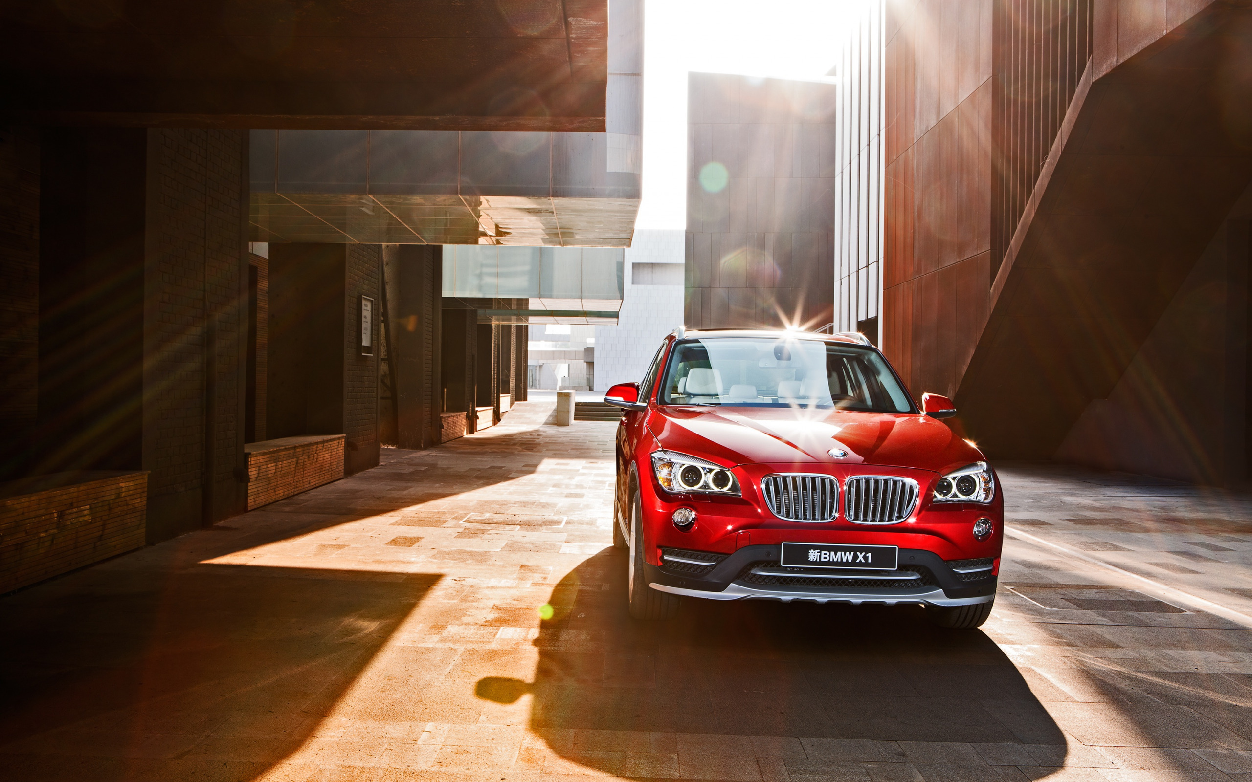 Картинка: BMW, X1, яркий, красный, солнечные лучи, здания