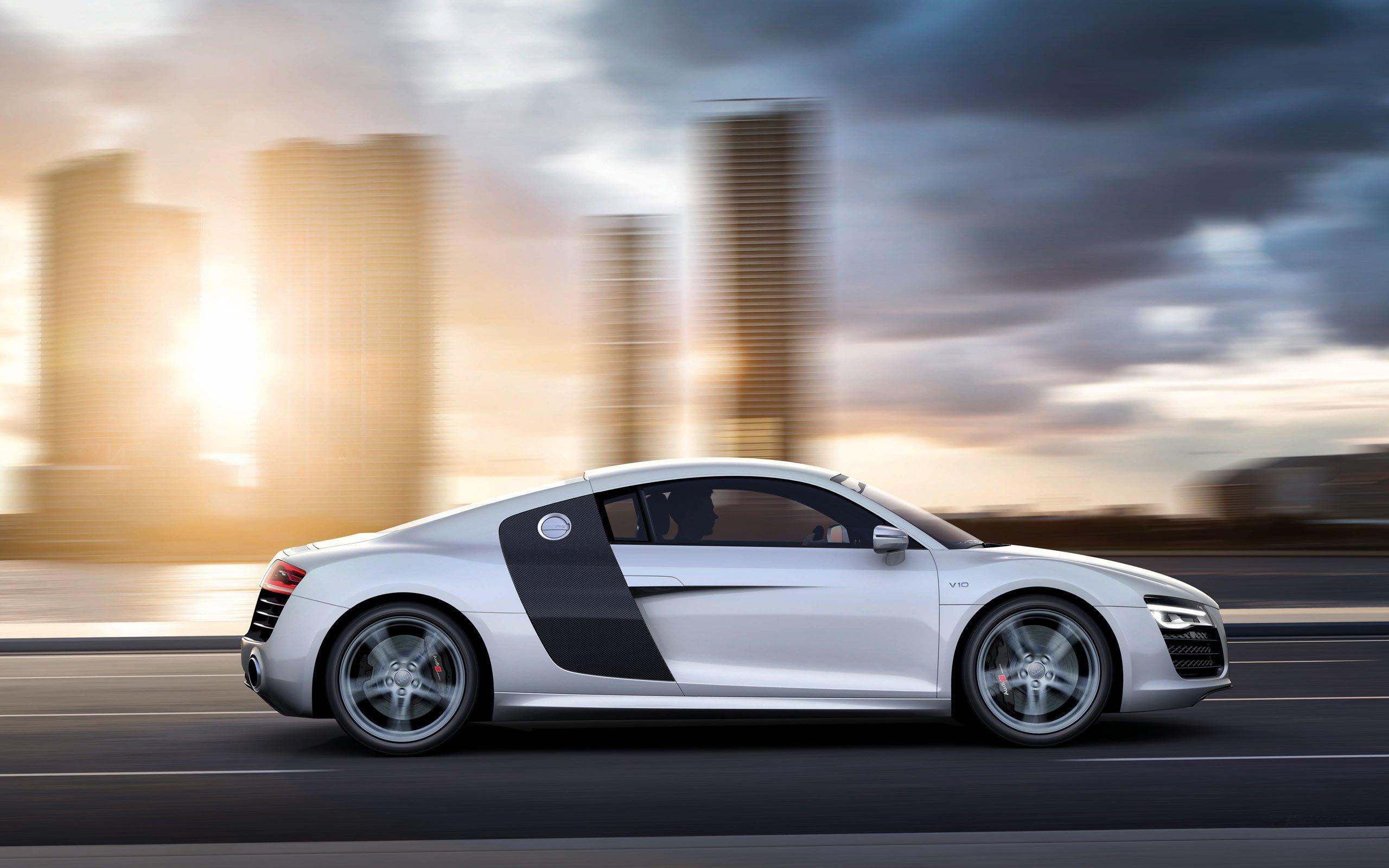Картинка: Суперкар, Audi, R8, V10, скорость, размытие, дорога, небоскрёбы, солнце, пилот