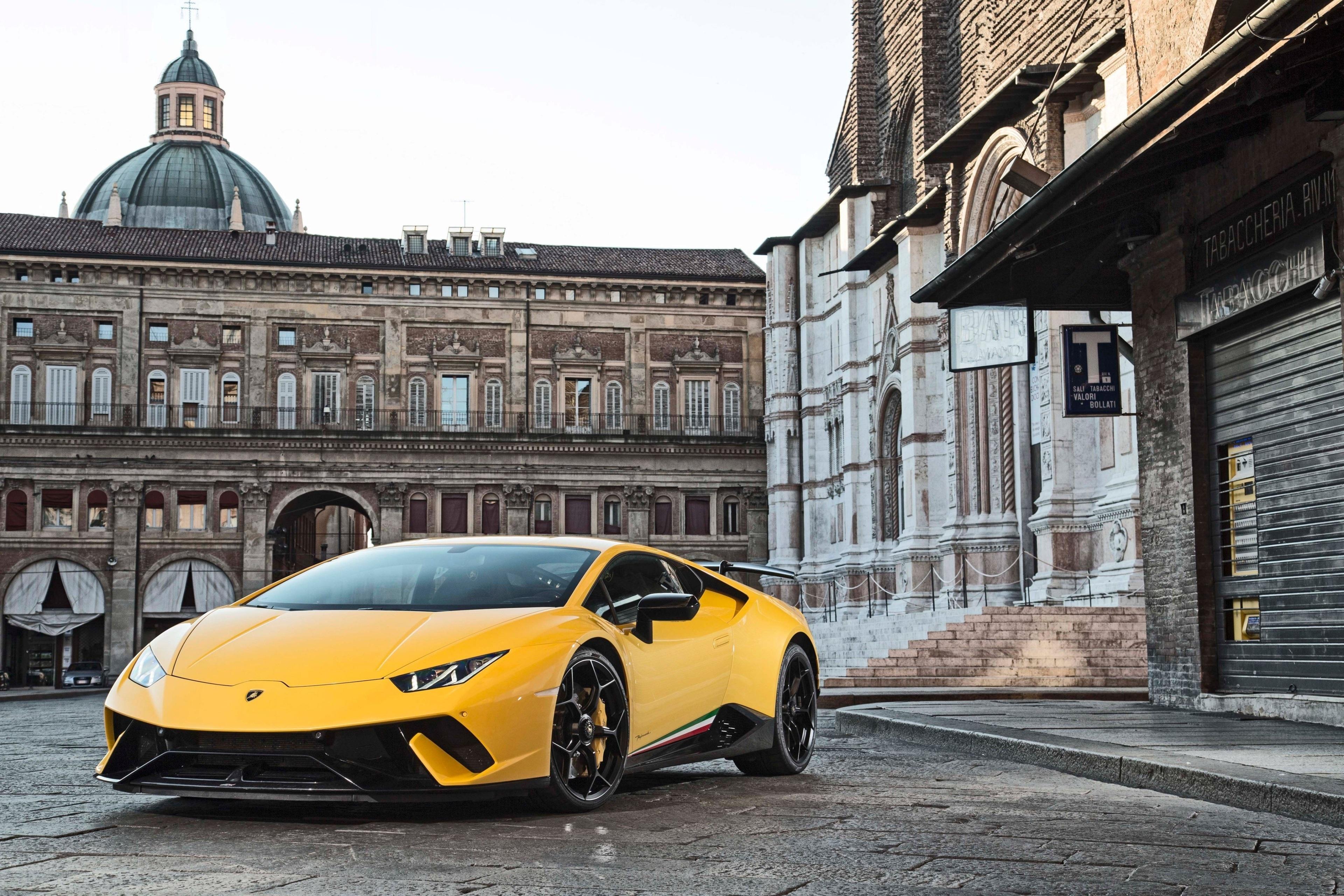 Картинка: Lamborghini Huracan, Coupe, жёлтый, спортивная машина, суперкары, старое здание, Италия