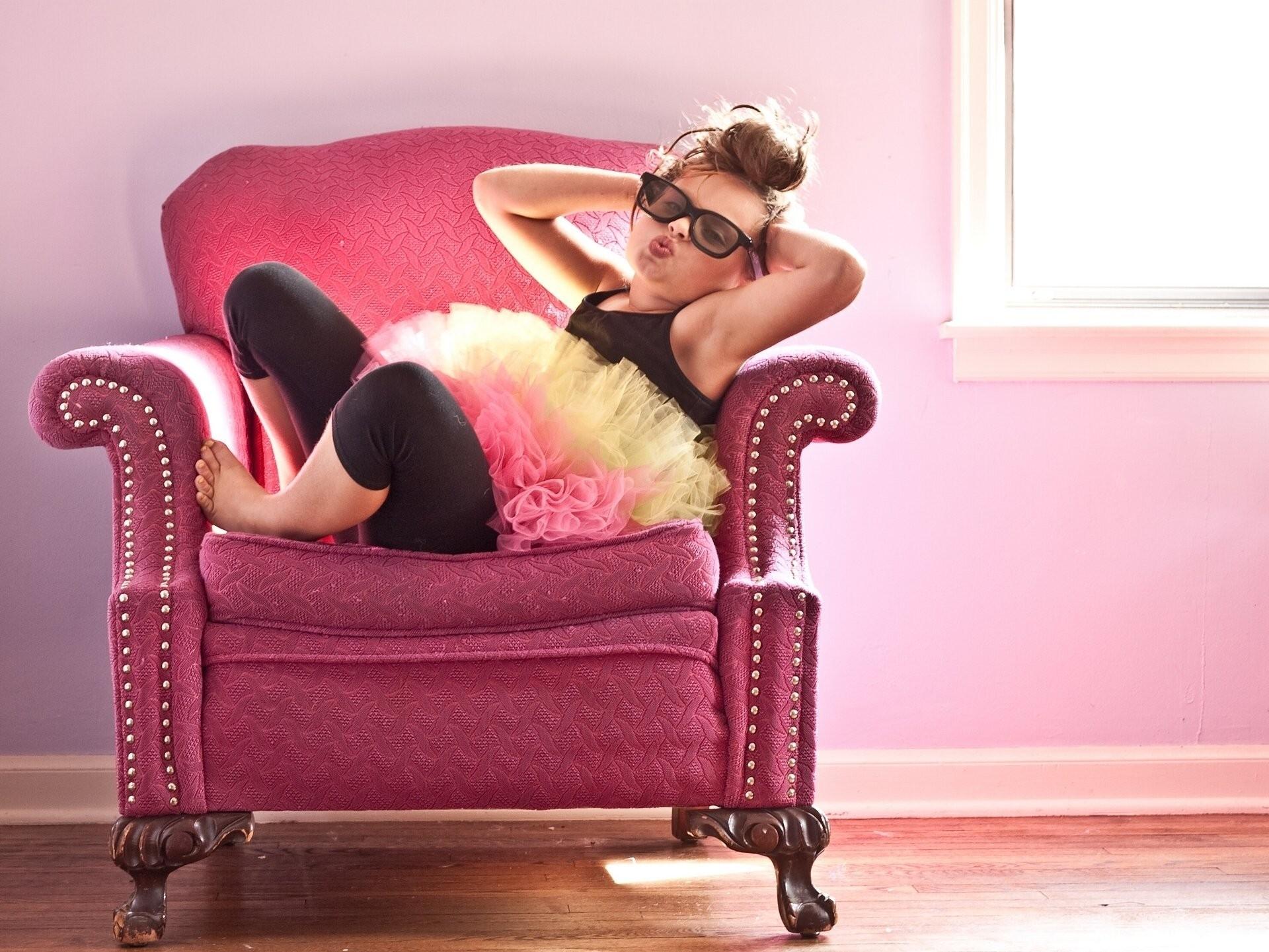 Картинка: Девочка, кресло, очки, гламур, утиные губки