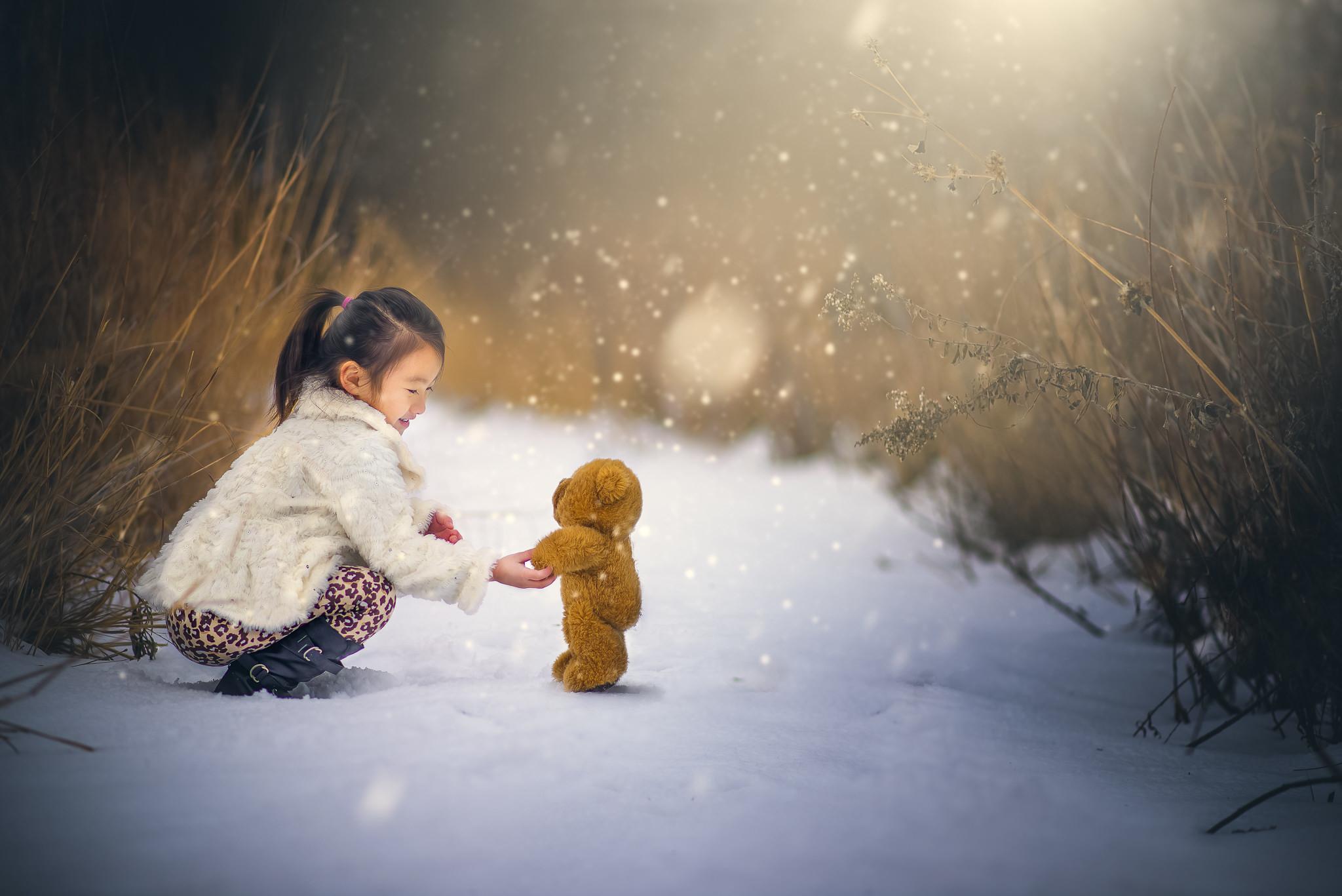 Картинка: Девочка, игрушка, мишка, снег, зима, трава