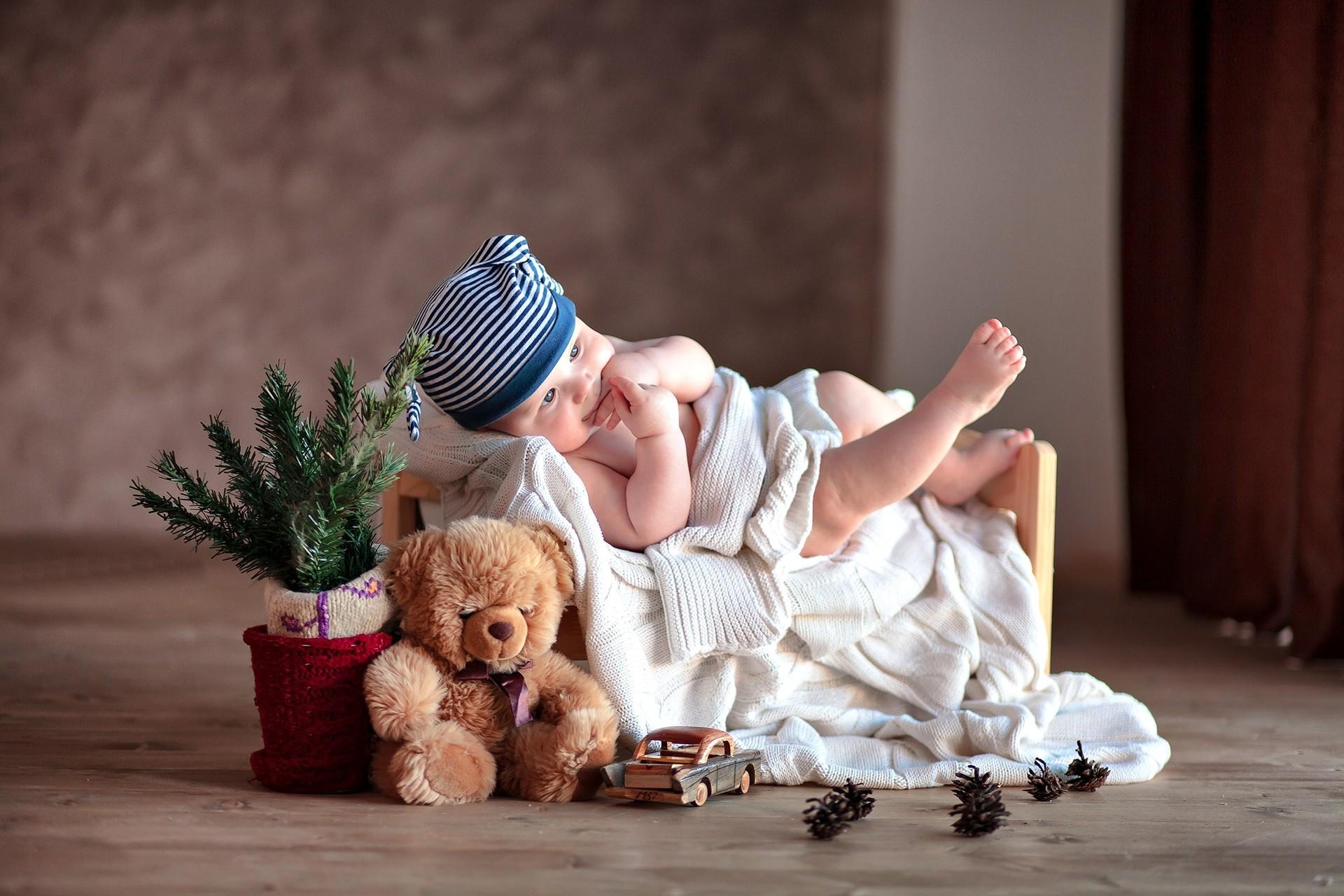 Картинка: Малыш, ребёнок, игрушки, плюшевый мишка, машинка, шишки