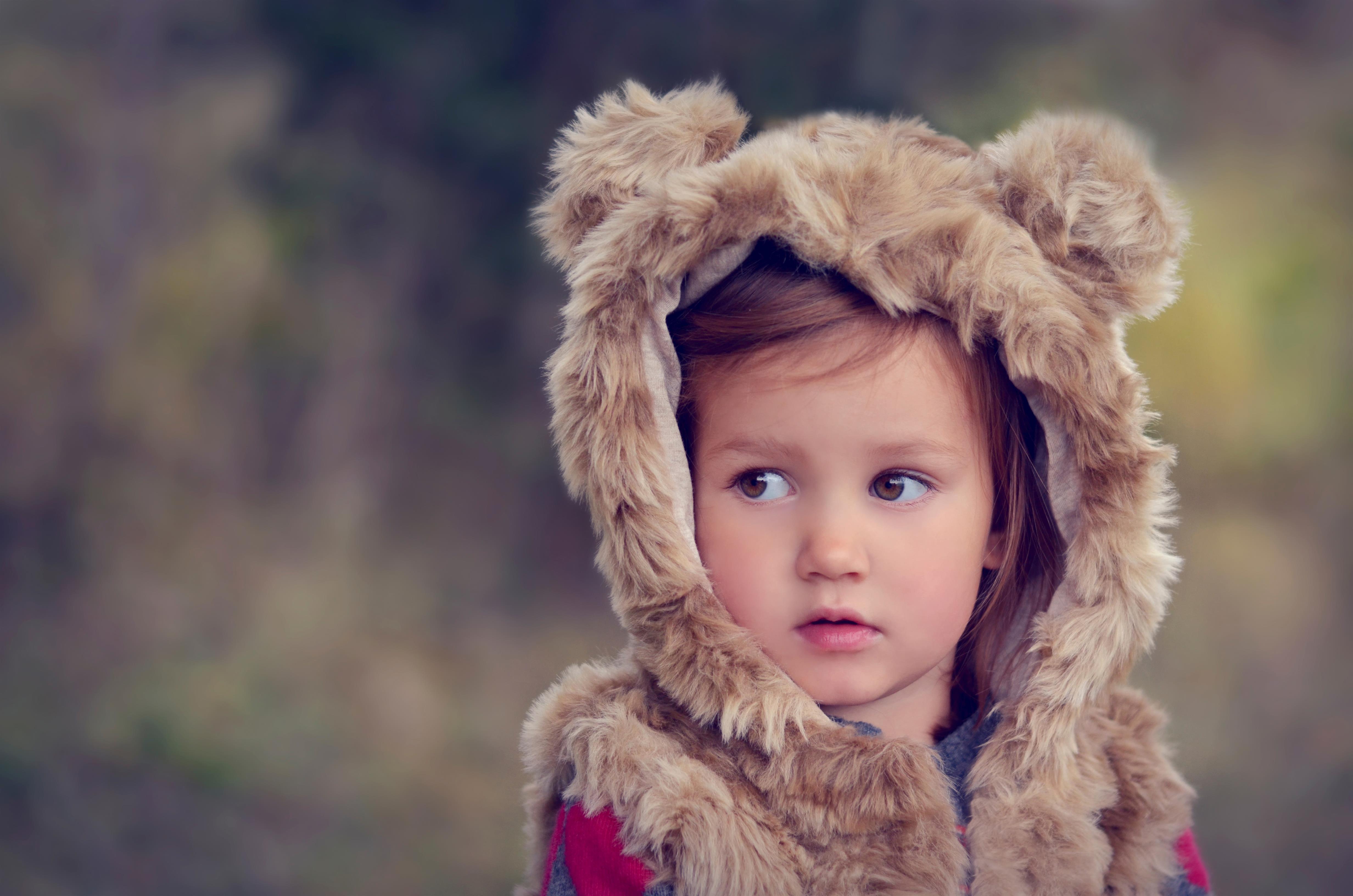Картинка: Девочка, взгляд в сторону, костюм, жилетка, шерсть, медвежьи ушки