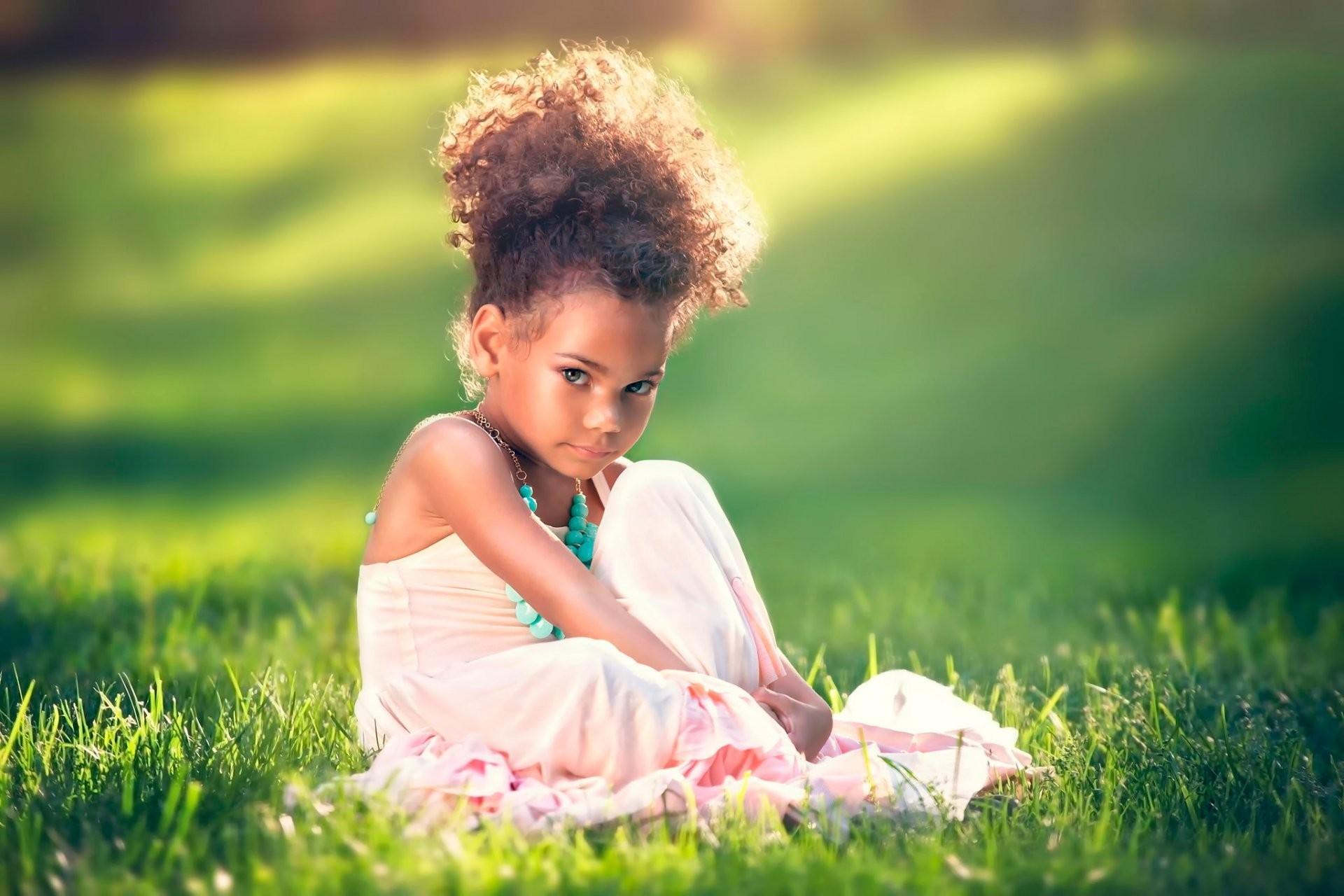 Картинка: Девочка, прическа, платье, взгляд, сидит, трава