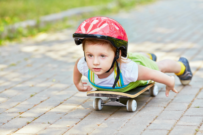 Картинка: Мальчик, ребёнок, катается, скейт, шлем, лёжа