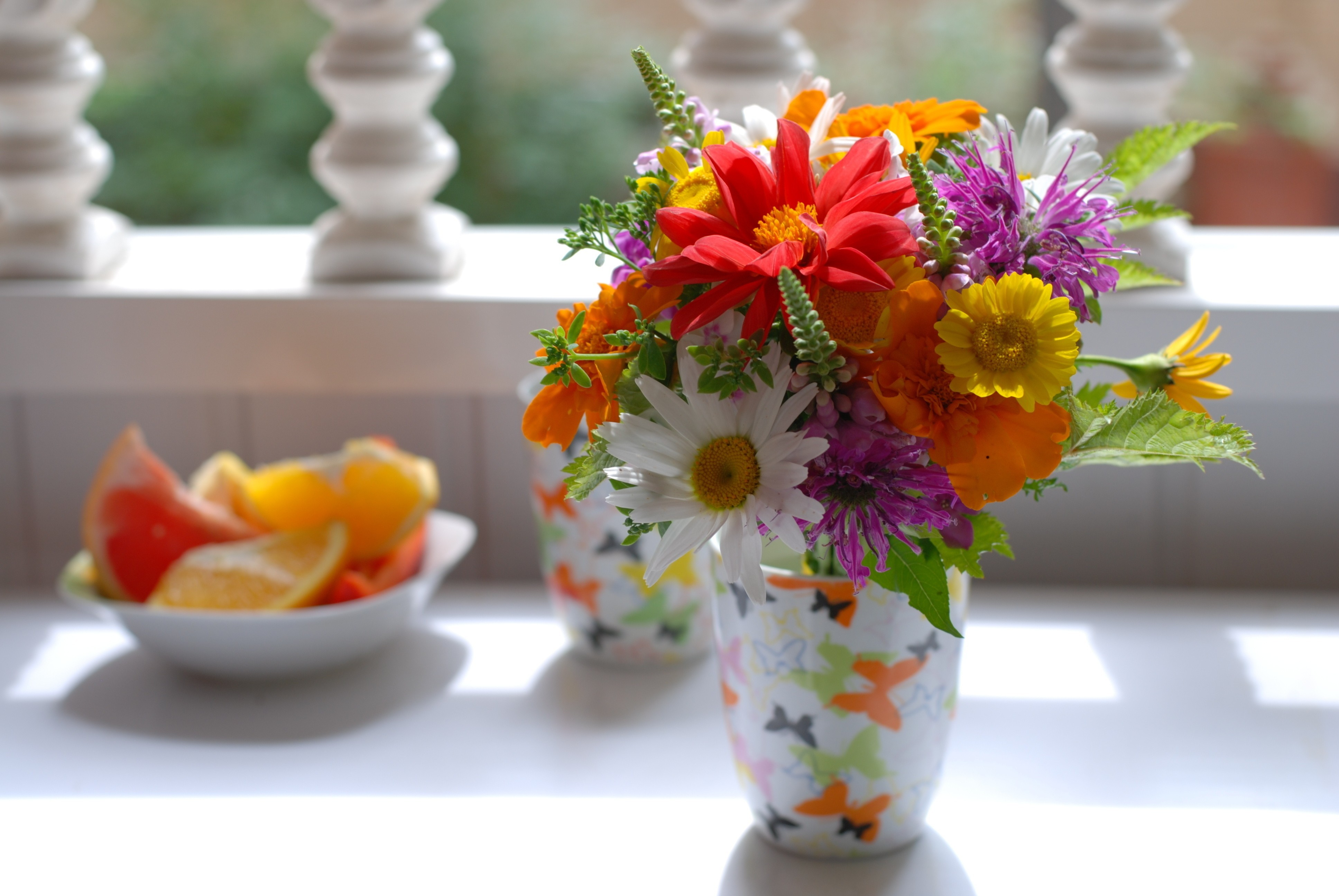 Картинка: Ваза, букет, цветы, фрукты, тень