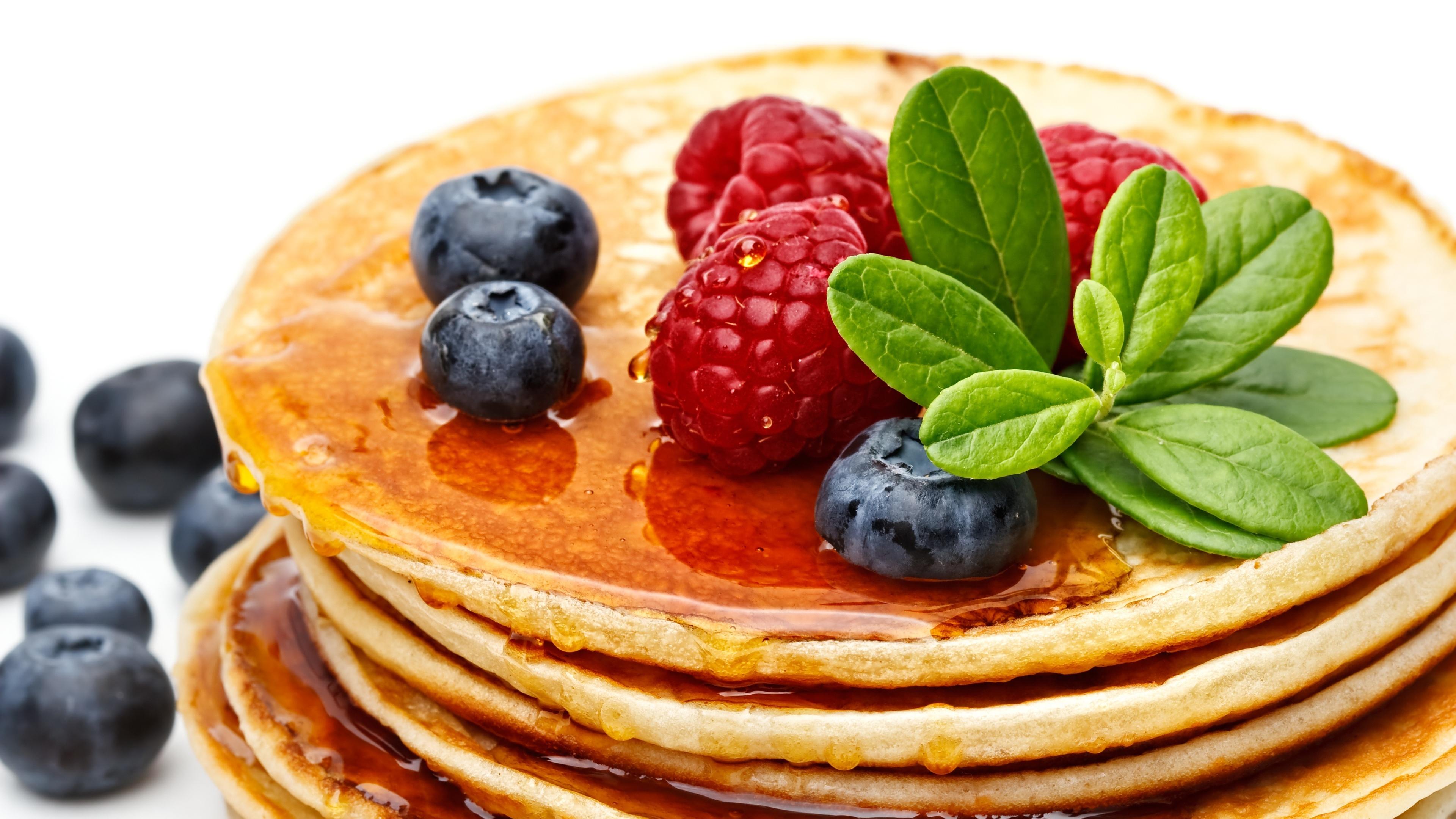 Картинка: Блины, мёд, ягоды, малина, черника, листкики