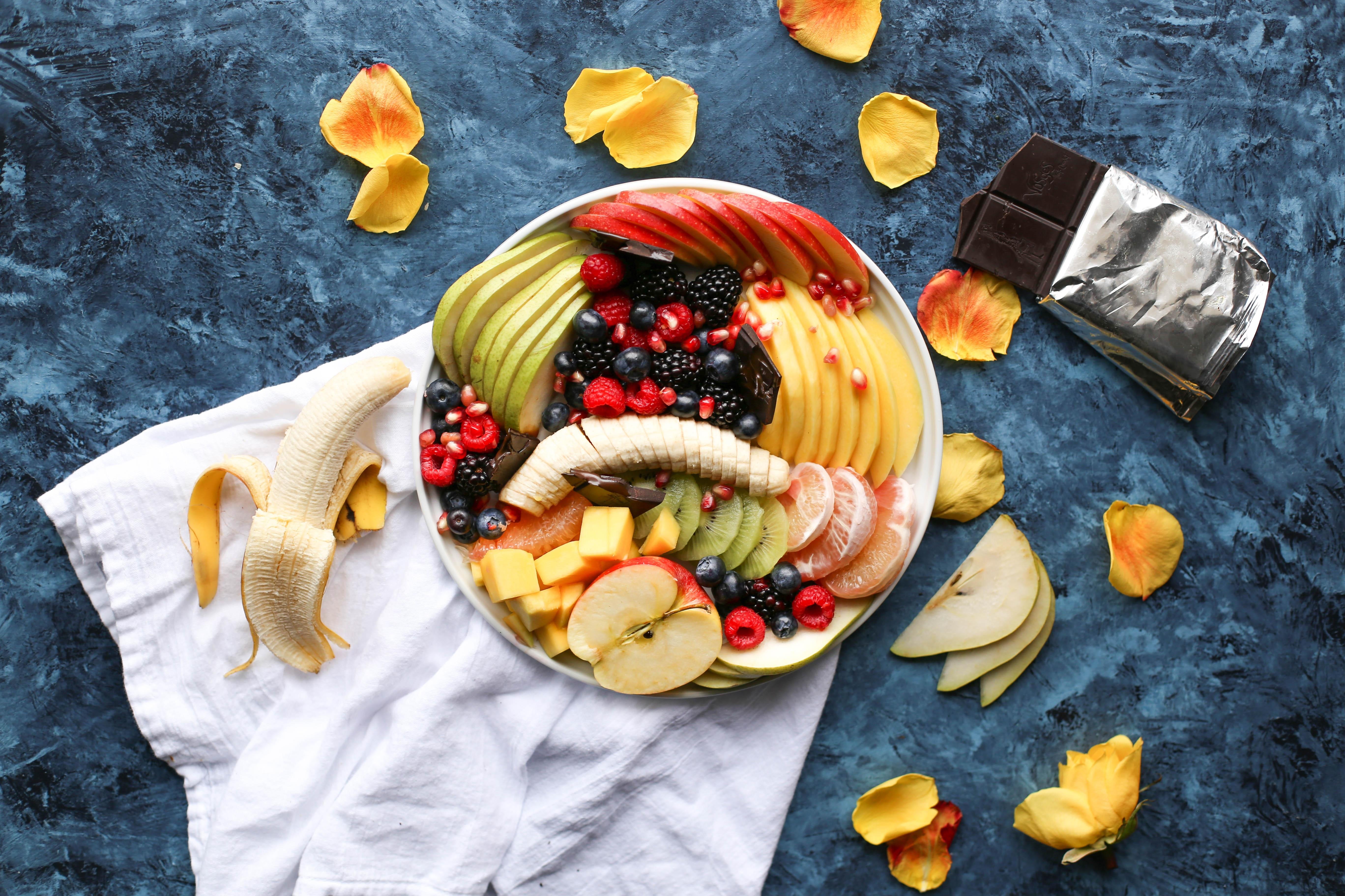 Картинка: Еда, фрукты, кусочки, шоколад, тряпка, стол, банан, ягоды, лепестки
