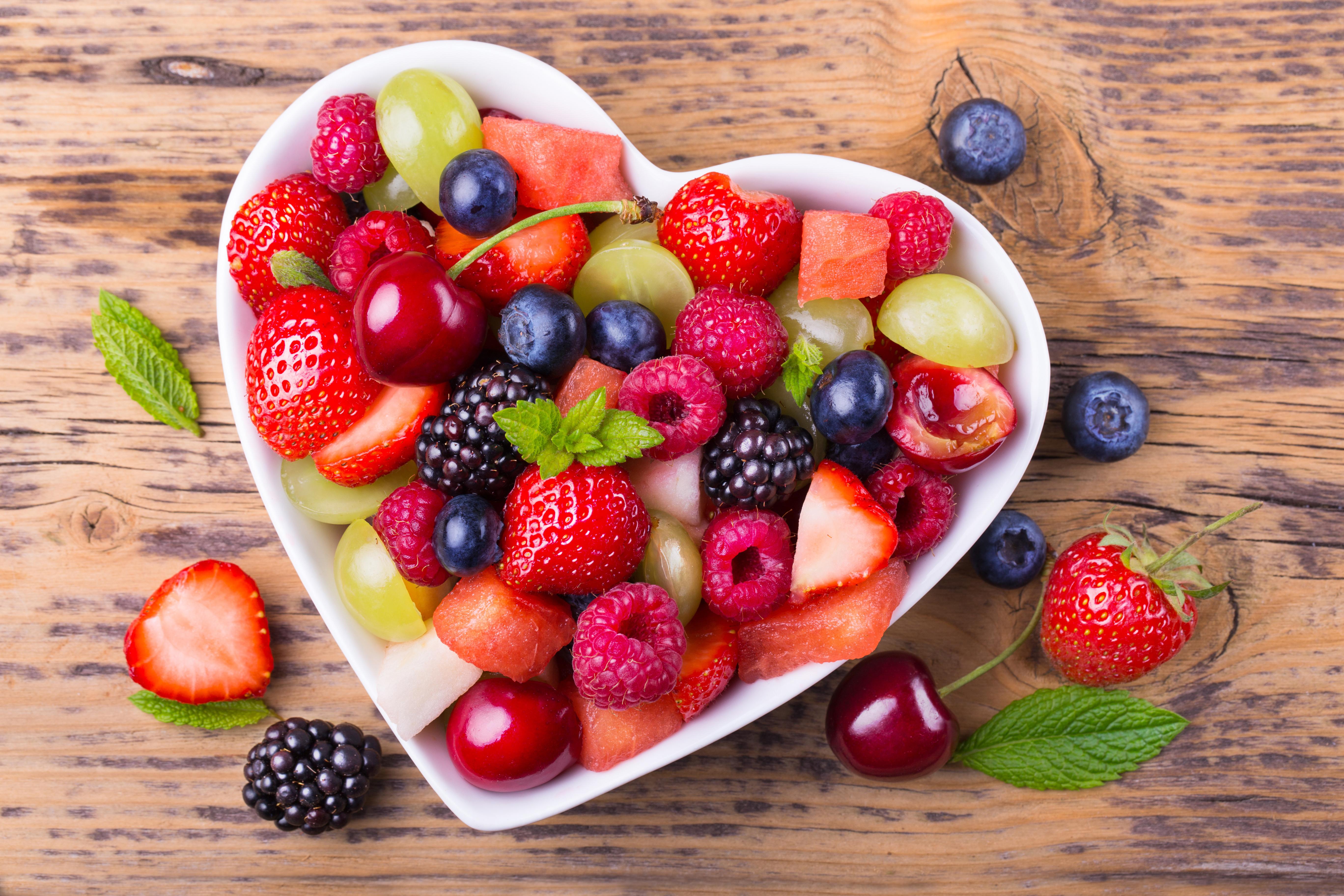 Картинка: Ягоды, витамины, малина, клубника, ежевика, черешня, черника, виноград, сердечко