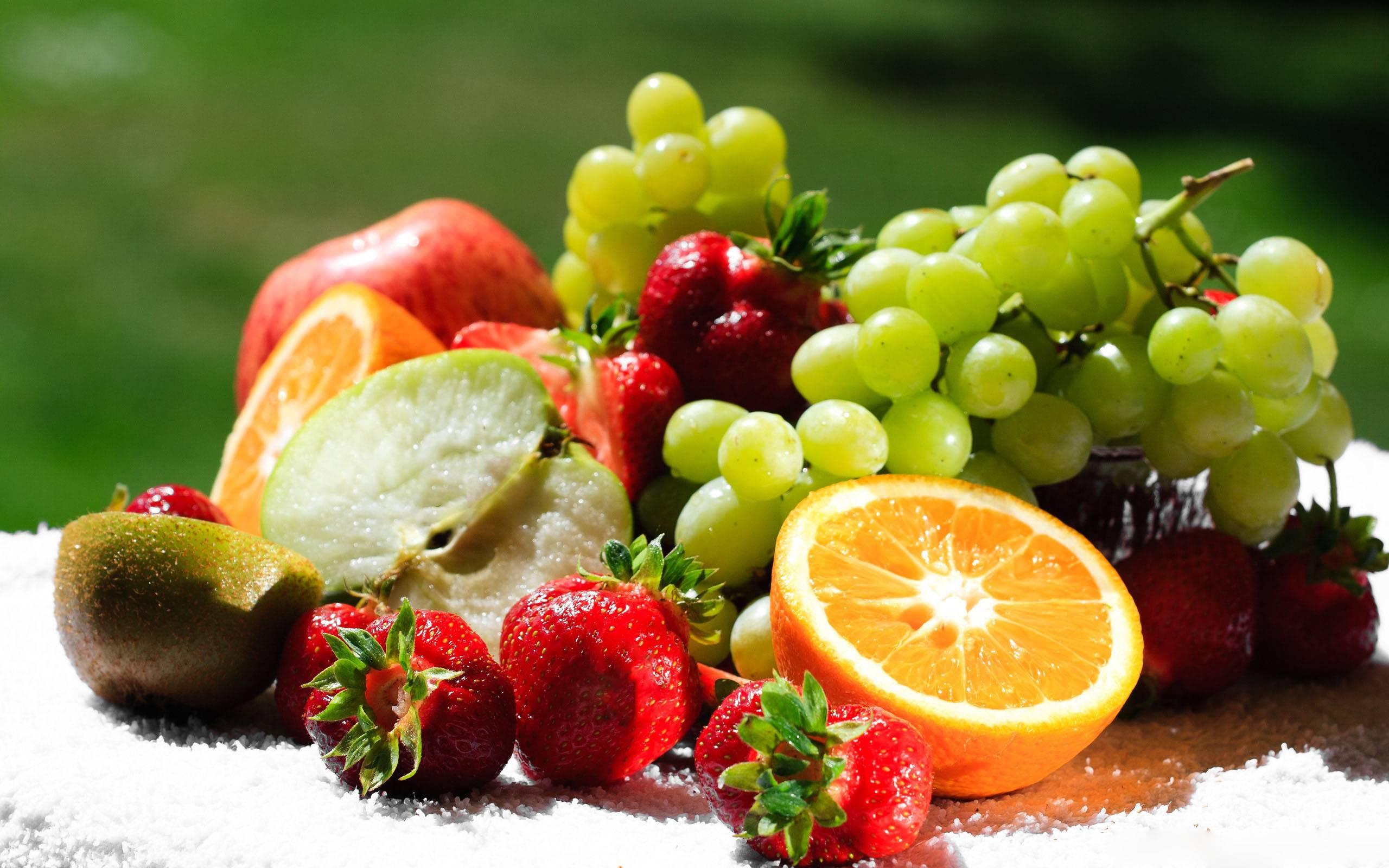 Картинка: Фрукты, витамины, виноград, лоза, гроздь, ягоды, клубника, апельсин, киви, яблоко, половинка