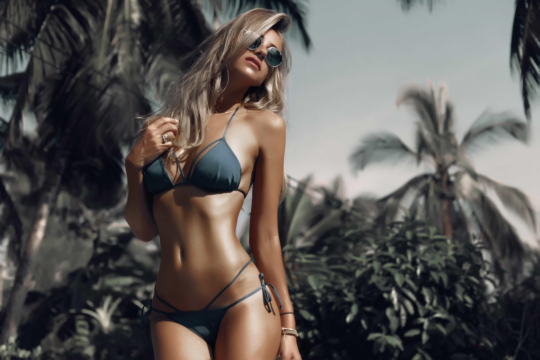 Картинка: Девушка, купальник, фигура, загорелая, очки, блондинка, тропики, пальмы, эффект