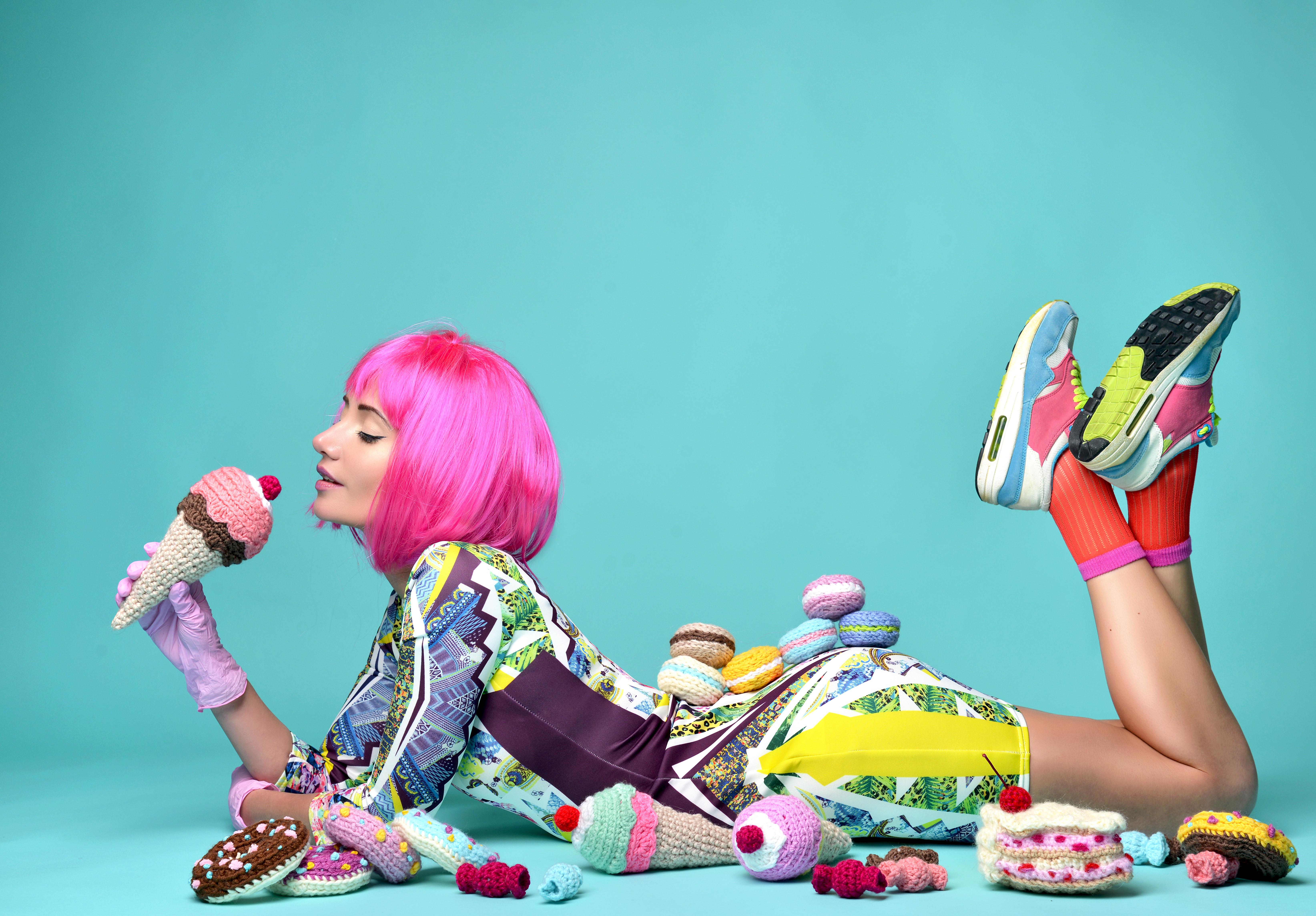 Картинка: Девушка, лежит, стиль, продукты, вязаное, мороженое, пироженки, бублики, фон