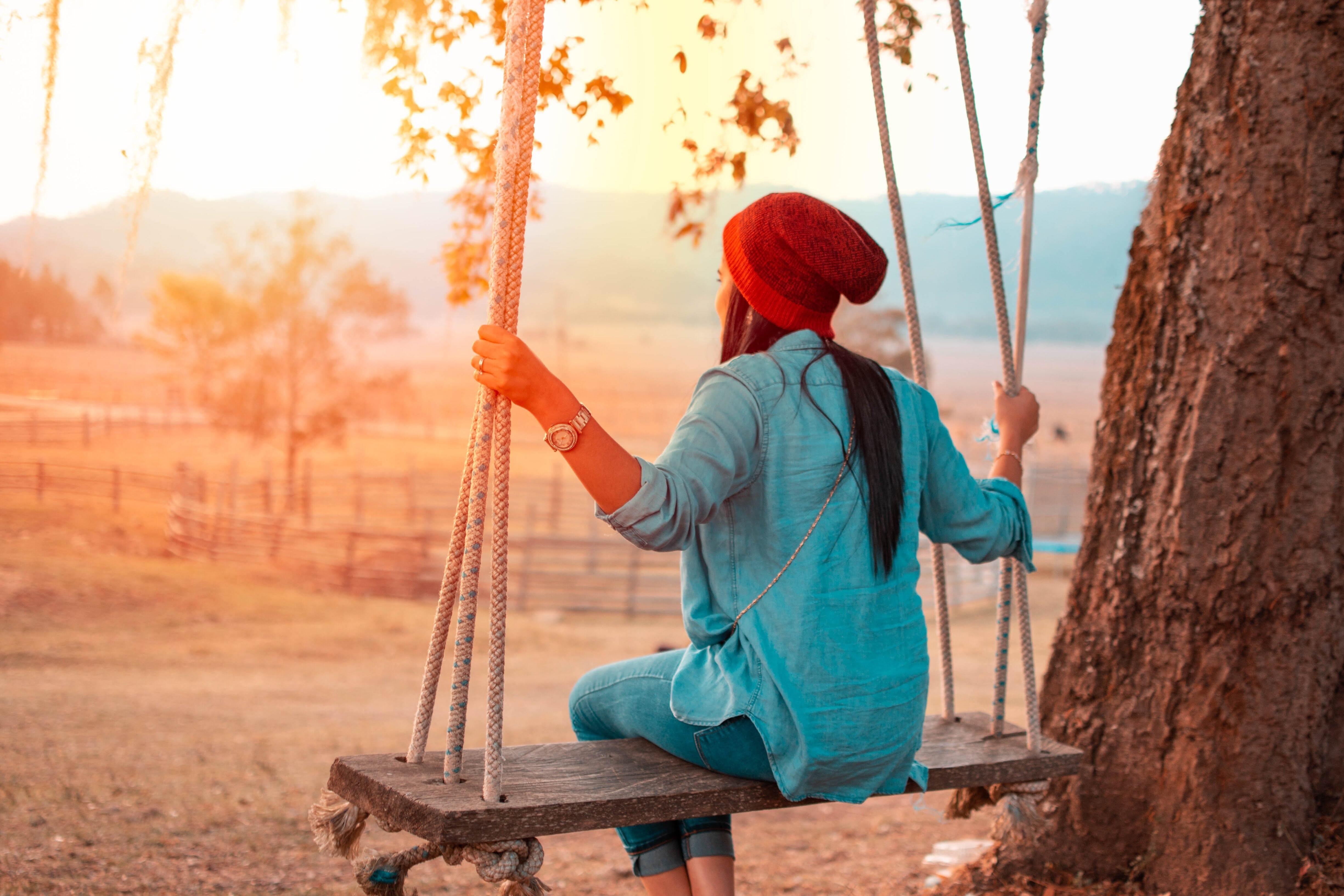 Картинка: Девушка, качели, красная шапка, часы, дерево, поле