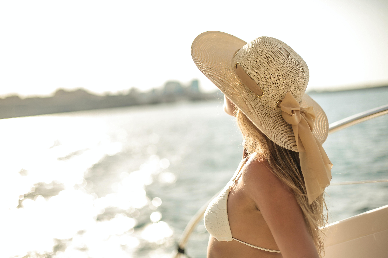 Картинка: Девушка, день, шляпа, купальник, яхта, море, размытость, горизонт