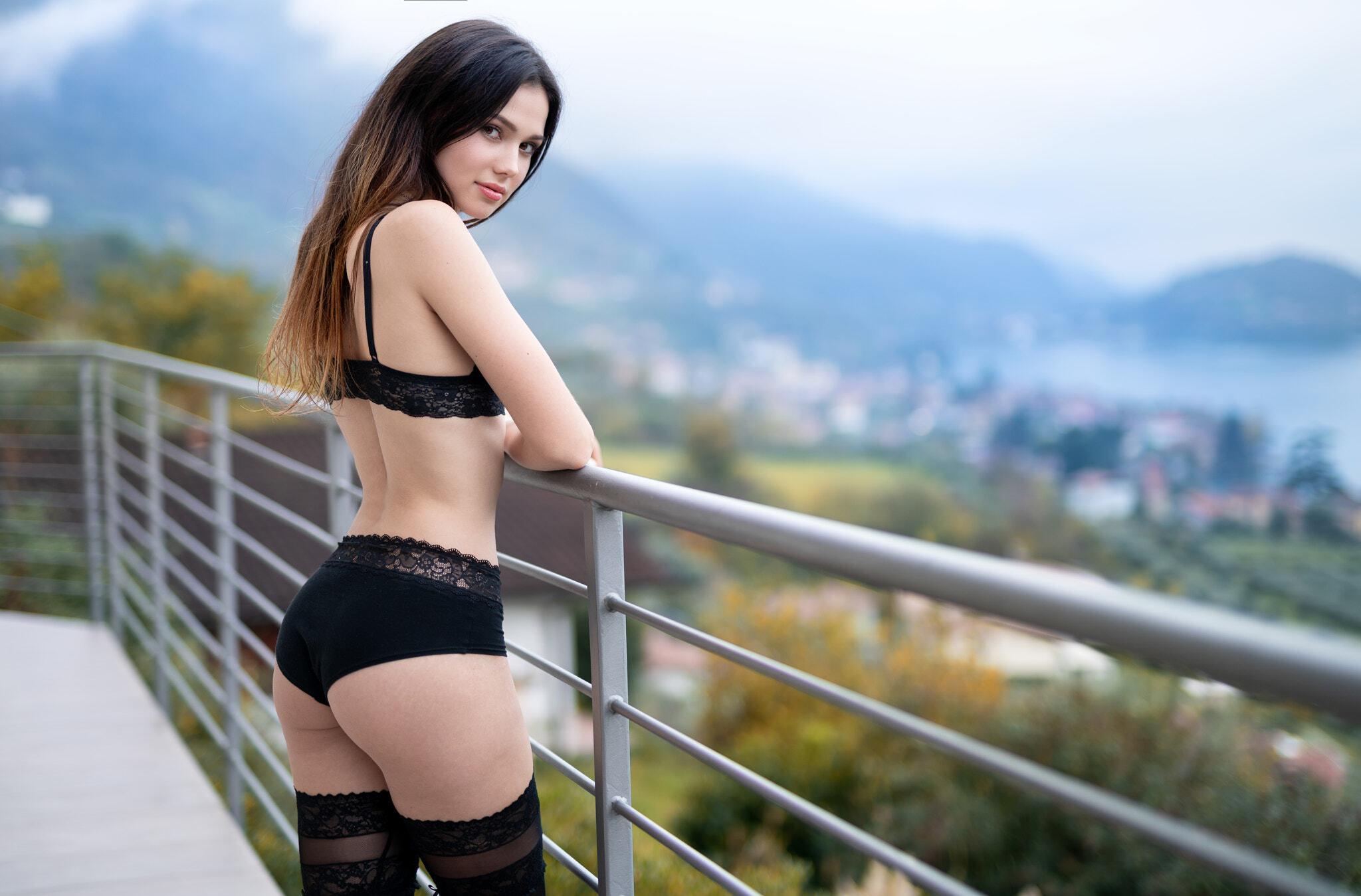 Картинка: Девушка, Marco Squassina, модель, вид, перила, балкон, бельё, в чёрном, стройная, милая, милашка, красивая, взгляд, волосы, попа, ягодицы