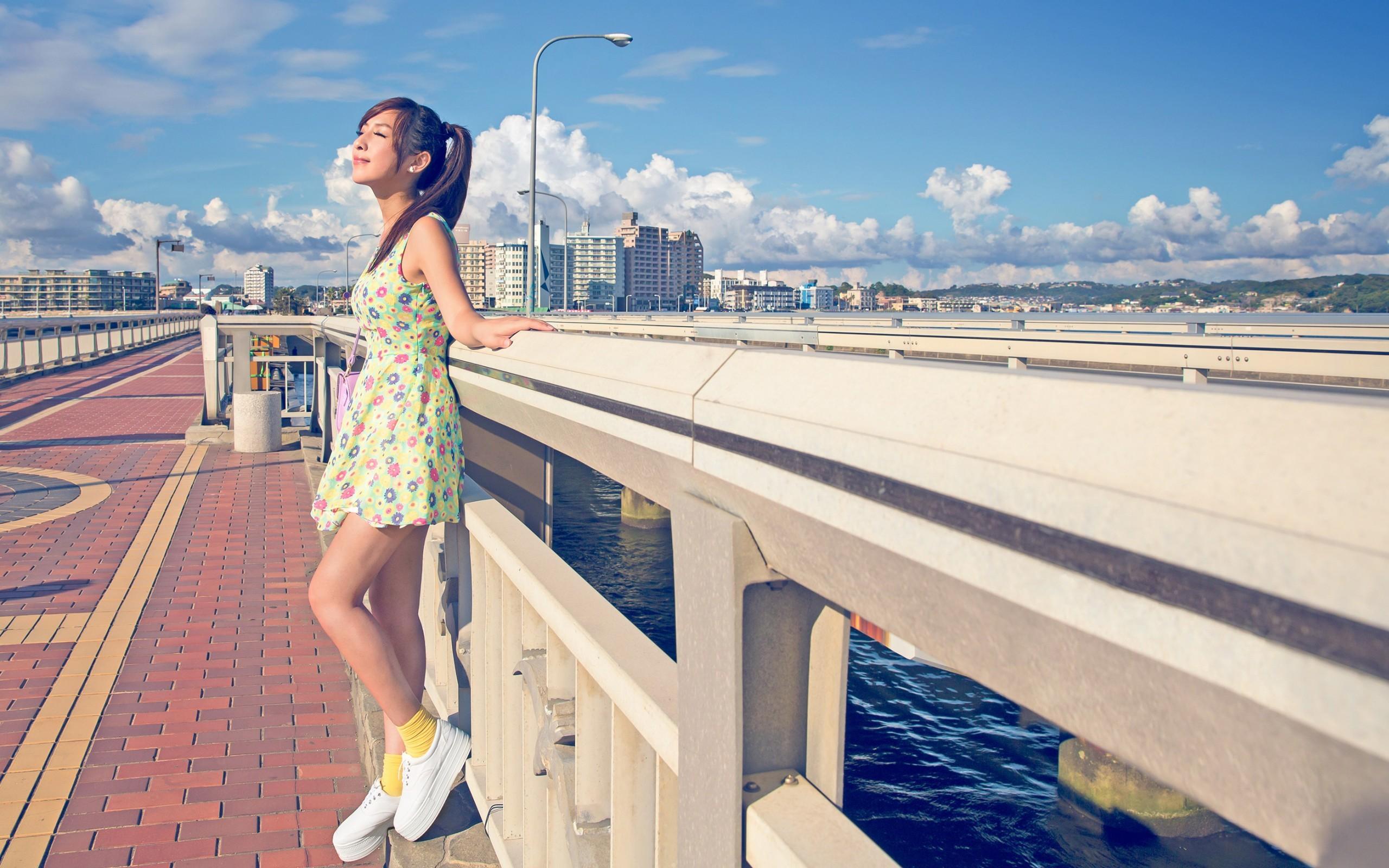 Картинка: Девушка, лето, солнце, город, река, мост, облака