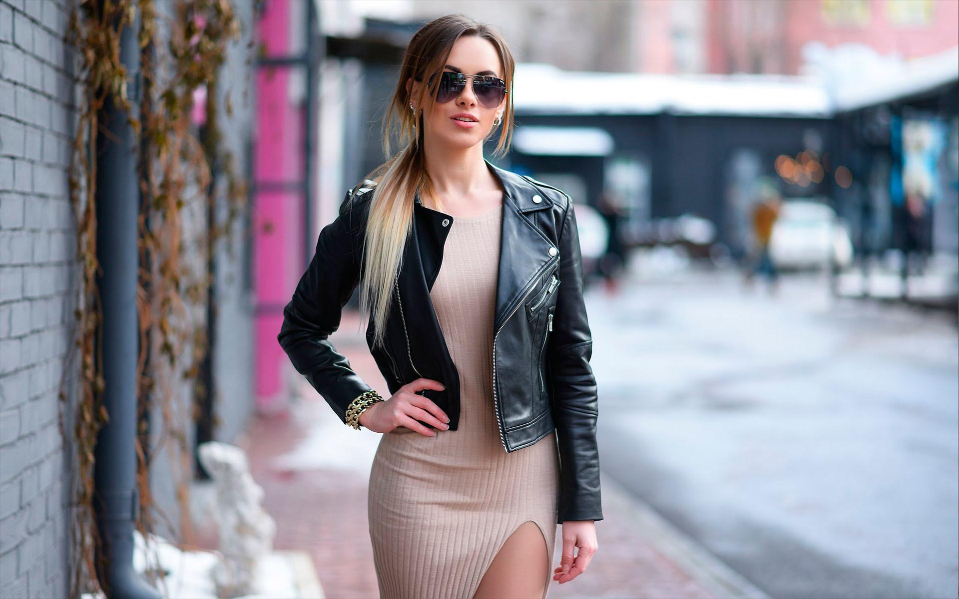 Картинка: Девушка, длинные волосы, кожаная куртка, косуха, очки, платье, улица