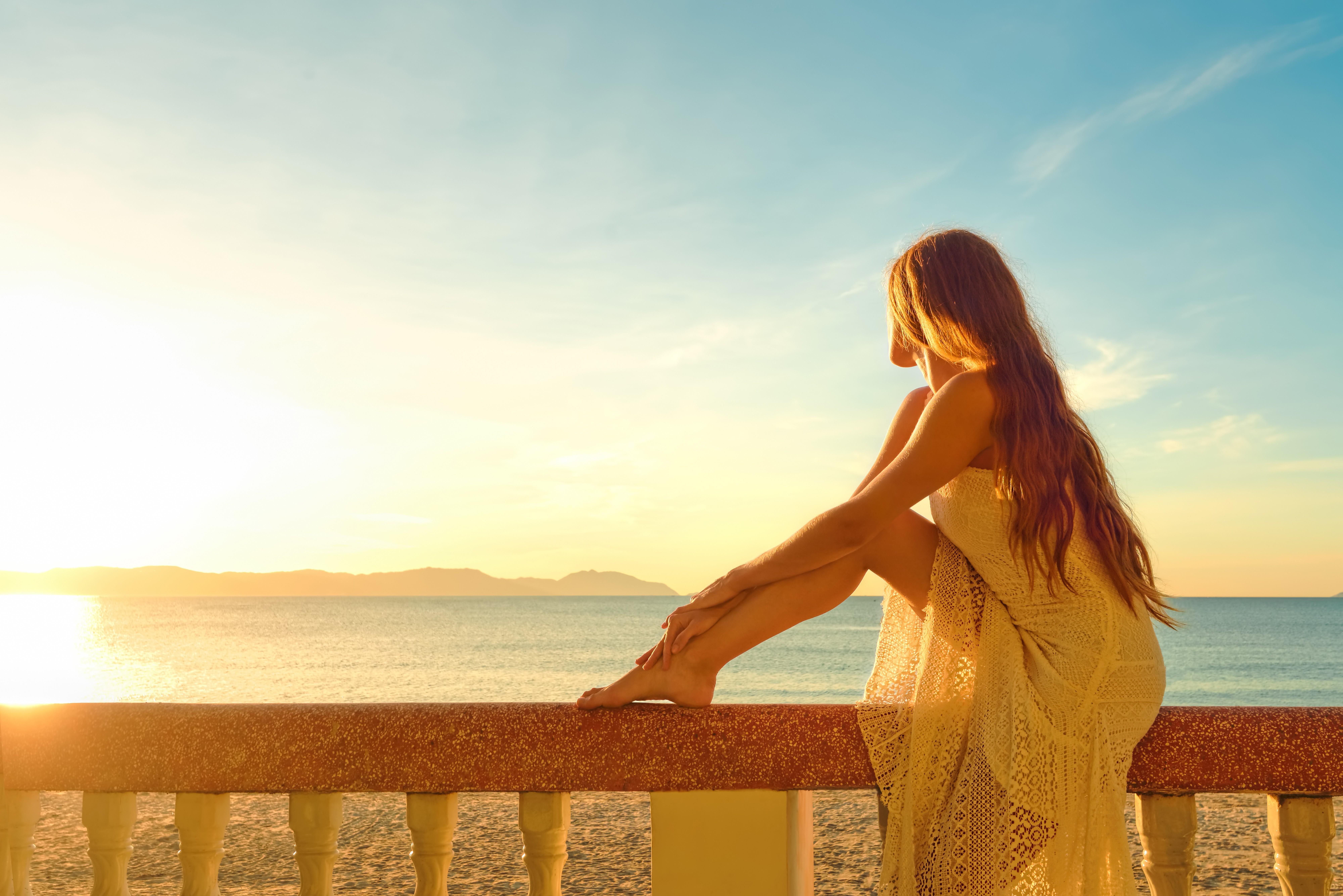 Картинка: Девушка, платье, сидит, перила, море, горы, небо, закат