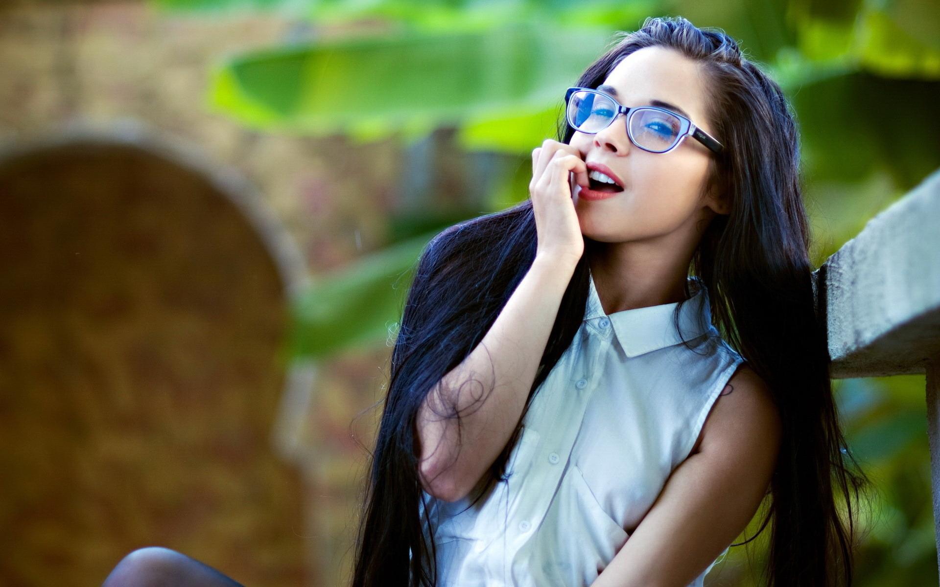 Картинка: Девушка, длинноволосая, очки, улыбка, взгляд, сидит