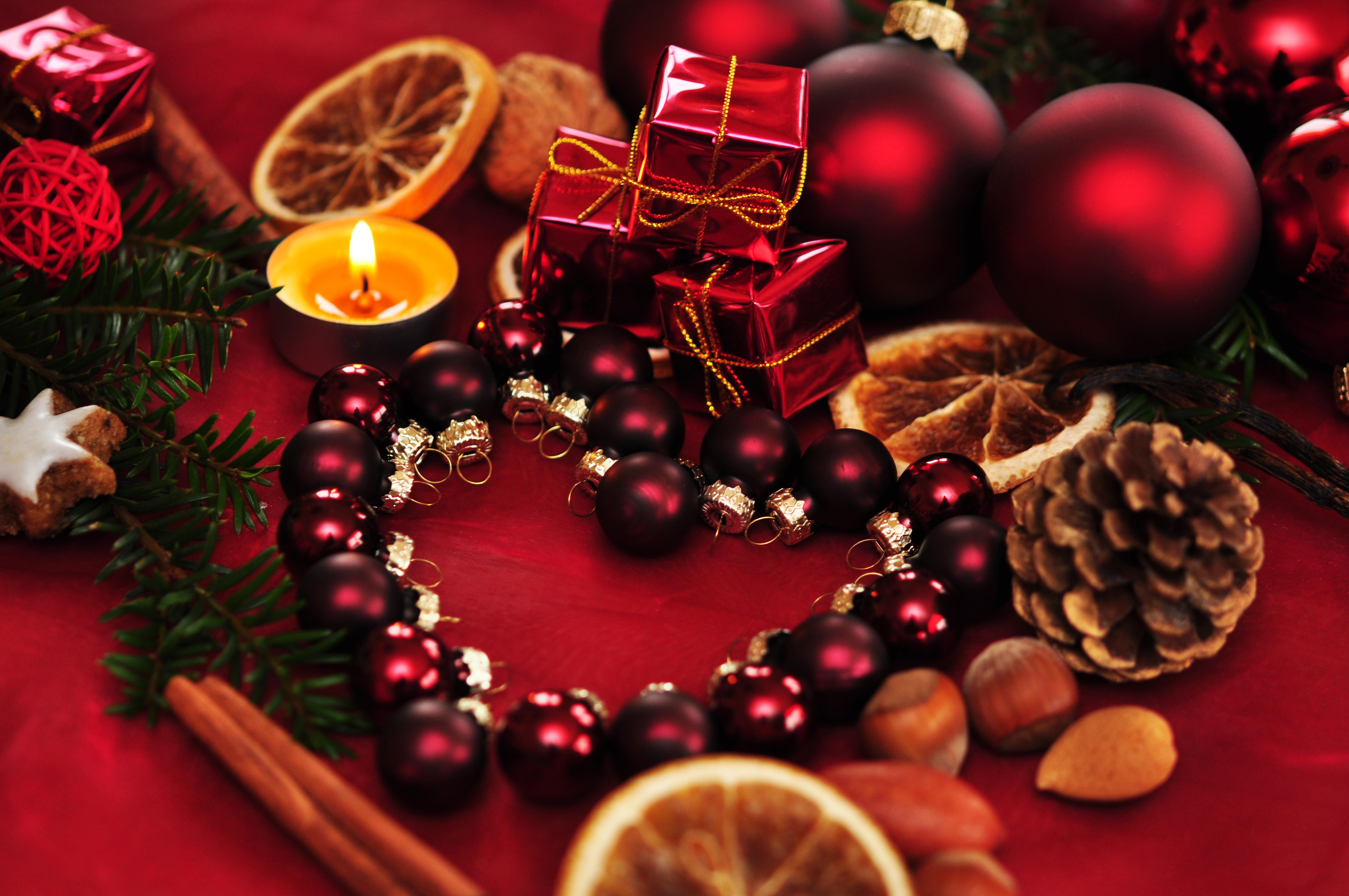 Картинка: Декор, новогодние шары, сердце, свечи, орехи, корица, шишка, новый год, красный фон