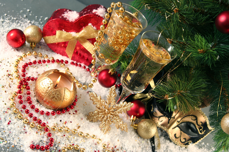 Картинка: Новый год, Рождество, праздник, фужеры, бусины, снежинки, свеча, игрушки, маска, ветки, ель, сердечко, подарок, коробочка
