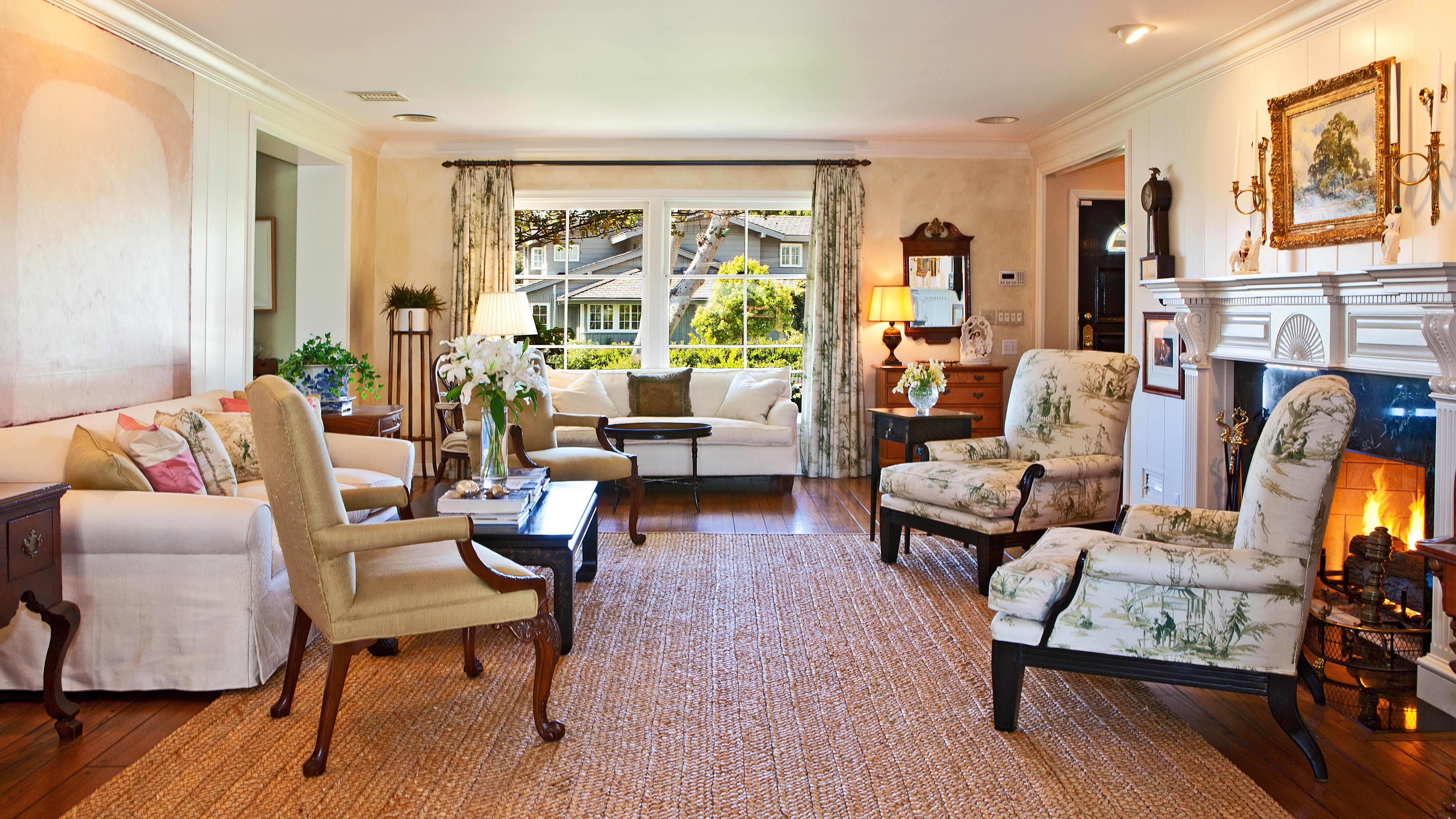 Картинка: Камин, светло, всё включено, цветы, интерьер, окно, дом, мебель, диван, плетённый палас