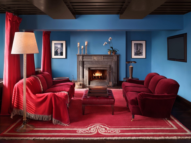 Картинка: Гостиная, красный цвет, камин, торшер, диван